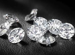 La Agencia Tributaria subasta en Madrid más de 500 diamantes y esmeraldas procedentes de incautaciones