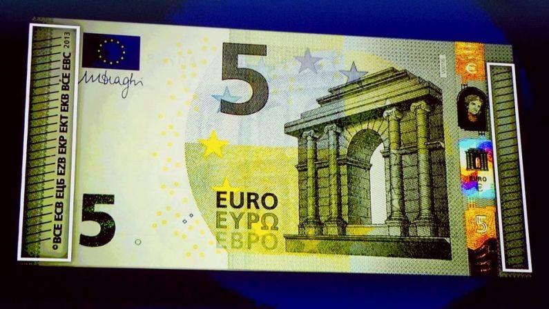 Hoy comienzan a circular los nuevos billetes de cinco euros de la serie 'Europa'
