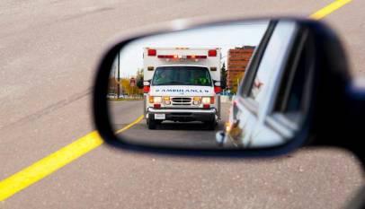 Un conductor de ambulancia nos dice las 10 cosas que tienes que hacer con el coche cuando veas una