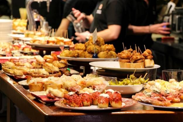 Lonely Planet afirma que ir de pintxos por San Sebastián es la mejor experiencia gastronómica del mundo