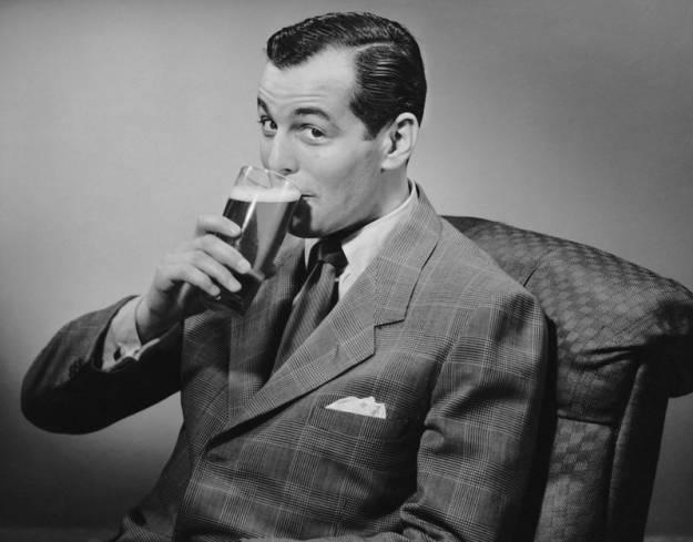 Un estudio revela que beber cerveza es mejor que usar cremas antiarrugas