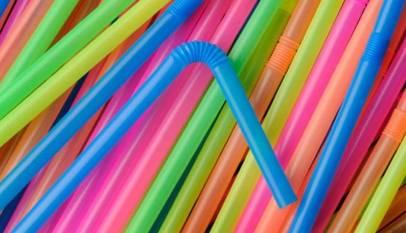 Las pajitas, cubiertos y platos de plástico estarán prohibidos a partir de 2021
