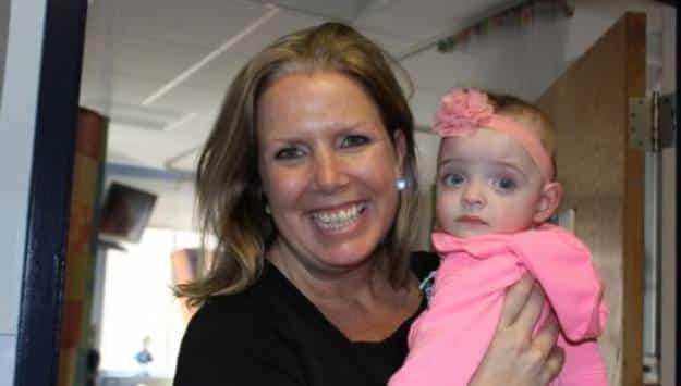 Una enfermera adopta a una bebé que no recibió visitas durante sus cinco primeros meses de vida ingresada en el hospital