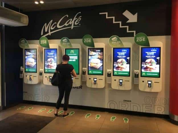 Muestran cómo hackear la máquina de McDonald's para conseguir hamburguesas gratis