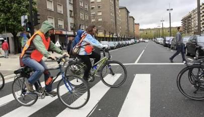 Cicilstas: no podéis cruzar por el paso de cebra subido en la bici, te multan.