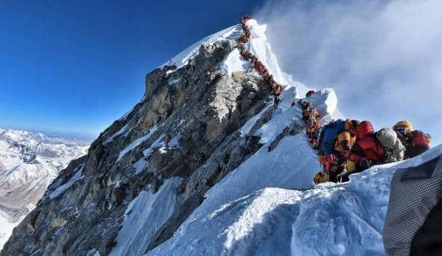 Ocho muertos en el Everest en pleno atasco para hacer cumbre