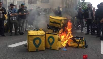 Quema de mochilas de Glovo por la muerte de uno de sus repartidores