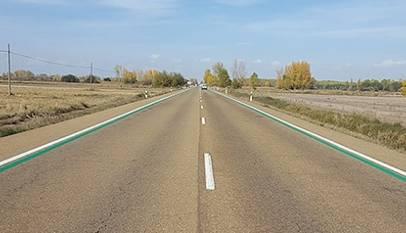 La DGT pinta líneas verdes en algunas carreteras para que parezcan más estrechas y corramos menos
