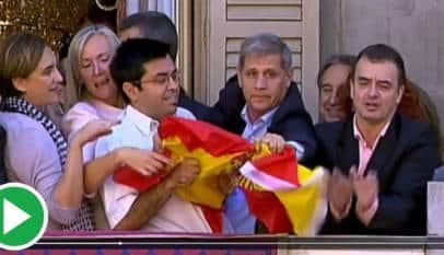 El separatista que arrancó la bandera de España en Barcelona es ahora miembro de la Mesa del Consejo