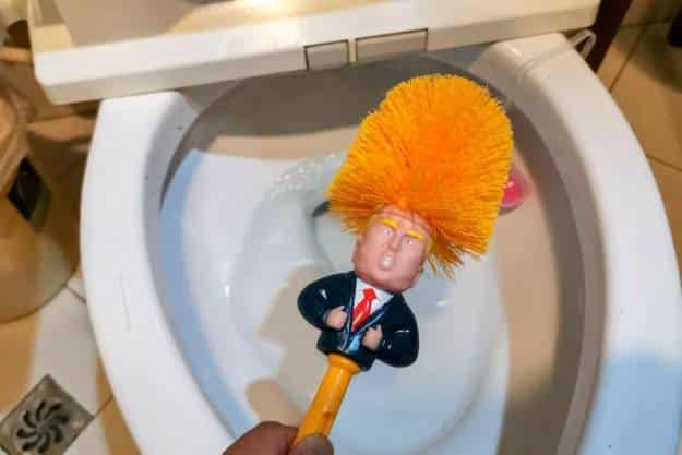 Un 'Trump' para limpiar el WC, así se vengan los chinos de la guerra comercial