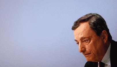 ¿Cómo los bancos centrales controlan la oferta de dinero?