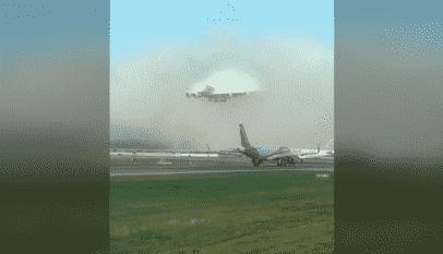 Espectacular vídeo: Un enorme avión de Emirates aparece 'de la nada' poco antes del aterrizaje