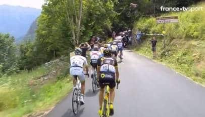 Espectacular salto de un ciclista sobre el pelotón de Tour de Francia
