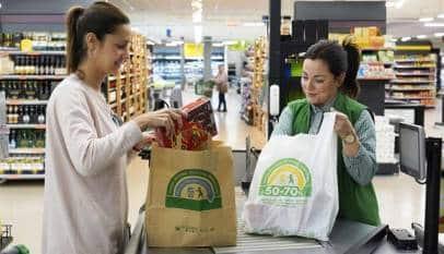 Mercadona elimina desde hoy las bolsas de plástico y las sustituye por unas de papel
