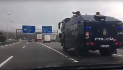 La Policía traslada a Barcelona el camión lanza agua por si lo tiene que usar como dotación antidisturbios