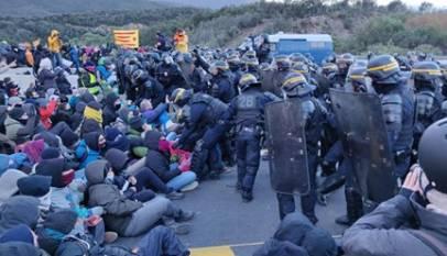 La Policía francesa empieza a desalojar a los manifestantes de Tsunami Democràtic que bloquean la frontera con Francia
