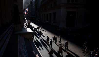 La sombra de la banca es alargada