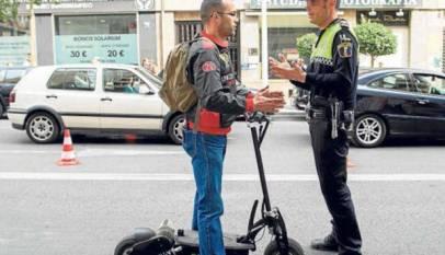 Los usuarios de patinetes pueden ser multados con 1.000€ por ir ebrios o 200€ por usar el móvil