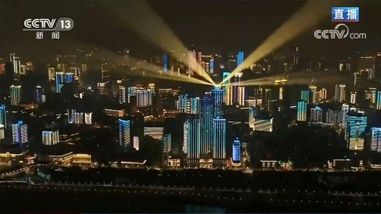 Wuhan celebra el final del confinamiento de más dos meses con un espectáculo de luces 1
