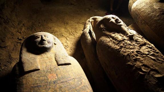 Hallan en Egipto 13 sarcófagos sellados en perfecto estado de conservación 1