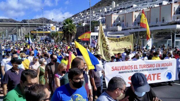 Vecinos de Gran Canaria se manifiestan para recuperar el uso turístico de los hoteles en los que hay 3.200 migrantes 1