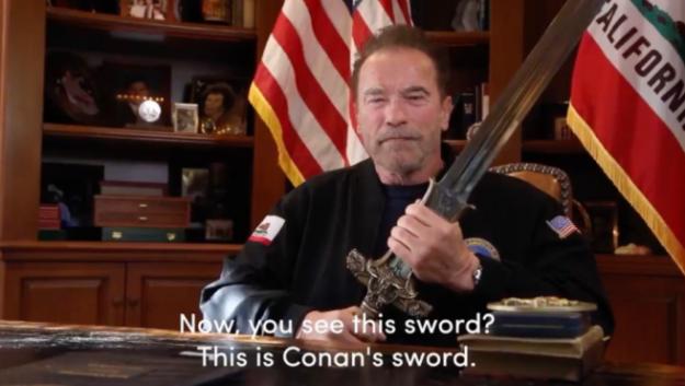 Un épico Schwarzenegger manda un mensaje a Trump empuñando la espada de Conan 1