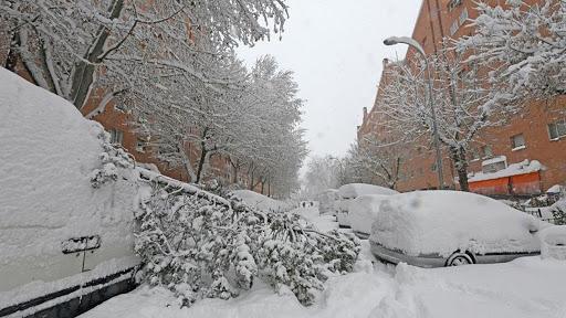 Encuentran bajo la nieve de una calle de Madrid el cuerpo de un hombre 1