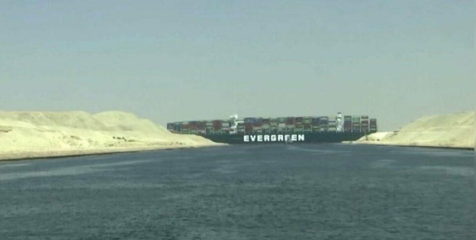 Un carguero bloquea el canal de Suez y el petróleo sube más de un 3% 1