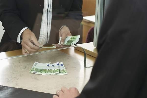 La nueva comisión de los bancos: Cobrar por sacar dinero de la ventanilla 1